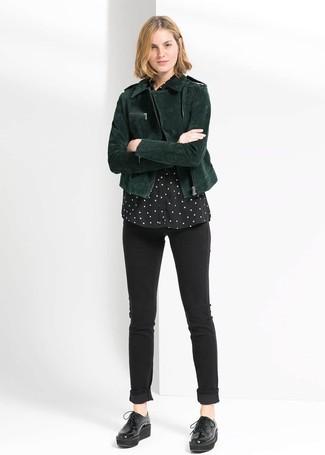 Die Kombination von einer dunkelgrünen Wildleder Bikerjacke und schwarzen engen Jeans erlaubt es Ihnen, Ihren Freizeitstil klar und einfach zu halten. Putzen Sie Ihr Outfit mit schwarzen klobigen Leder Oxford Schuhen.