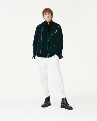 Wie kombinieren: dunkelgrüne Wildleder Bikerjacke, schwarzer Pullover mit einem Reißverschluß, weiße Chinohose, schwarze Lederfreizeitstiefel