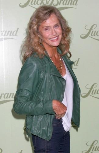 Entscheiden Sie sich für eine dunkelgrüne Leder Bikerjacke und dunkelblauen Jeans für ein bequemes Outfit, das außerdem gut zusammen passt.