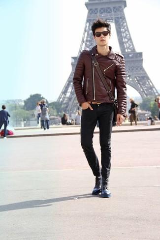 Wie kombinieren: dunkelbraune Leder Bikerjacke, schwarze enge Jeans, dunkelblaue Lederfreizeitstiefel, dunkelbraune Leder Umhängetasche