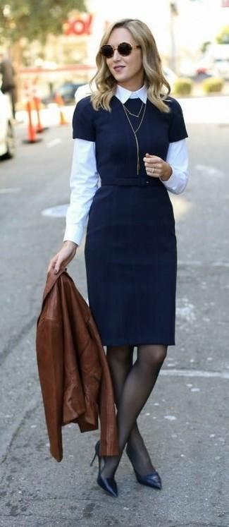 braune Leder Bikerjacke, schwarzes Etuikleid, weißes Businesshemd, schwarze Leder Pumps für Damen