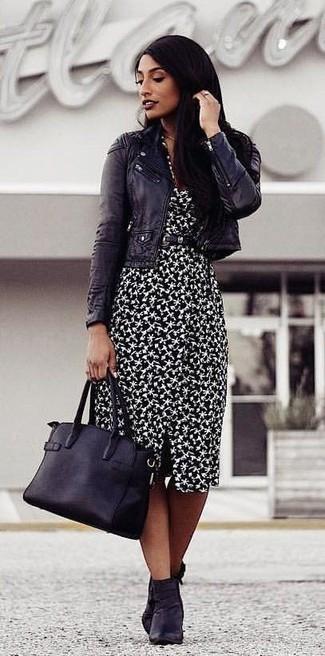 Wie kombinieren: schwarze Leder Bikerjacke, schwarzes und weißes bedrucktes Etuikleid, schwarze Leder Stiefeletten, schwarze Shopper Tasche aus Leder