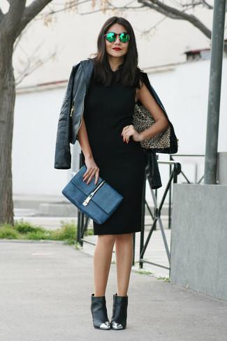 Wie kombinieren: schwarze Leder Bikerjacke, schwarzes Etuikleid, schwarze verzierte Leder Stiefeletten, dunkelblaue Leder Clutch