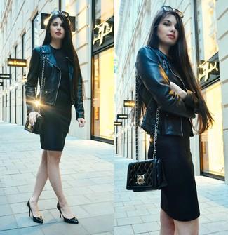Wie kombinieren: schwarze Leder Bikerjacke, schwarzes figurbetontes Kleid, schwarze Leder Pumps, schwarze gesteppte Leder Umhängetasche