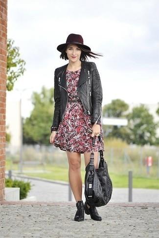 Wie kombinieren: schwarze gesteppte Leder Bikerjacke, rotes Freizeitkleid mit Blumenmuster, schwarze Chelsea-Stiefel aus Leder, schwarze Shopper Tasche aus Leder