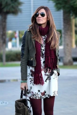 Wie kombinieren: olivgrüne Leder Bikerjacke, weißes gerade geschnittenes Kleid mit Blumenmuster, dunkelgraue Wildleder Beuteltasche, dunkelroter Strick Schal