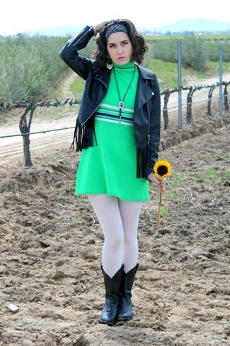Wie kombinieren: schwarze Fransen Leder Bikerjacke, grünes gerade geschnittenes Kleid, schwarze Cowboystiefel aus Leder, schwarzer Bandana