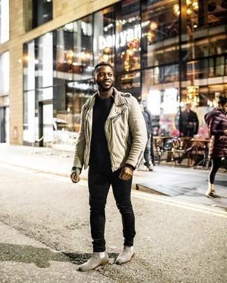 warm Wetter Outfits Herren 2020: Paaren Sie eine hellbeige Bikerjacke mit schwarzen Jeans für einen bequemen Alltags-Look. Fühlen Sie sich ideenreich? Entscheiden Sie sich für grauen Chelsea Boots aus Wildleder.