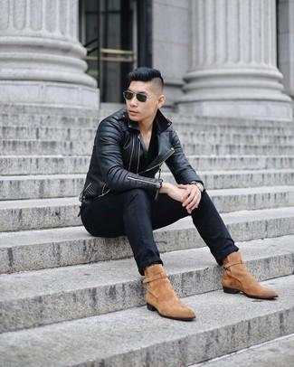 Schwarze Jeans kombinieren – 1200+ Herren Outfits: Kombinieren Sie eine schwarze gesteppte Leder Bikerjacke mit schwarzen Jeans für ein sonntägliches Mittagessen mit Freunden. Fühlen Sie sich ideenreich? Ergänzen Sie Ihr Outfit mit beige Chelsea Boots aus Wildleder.