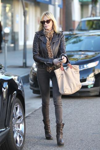 Wie kombinieren: schwarze Leder Bikerjacke, graue Jeans, schwarze Leder Stiefeletten, beige Shopper Tasche aus Segeltuch