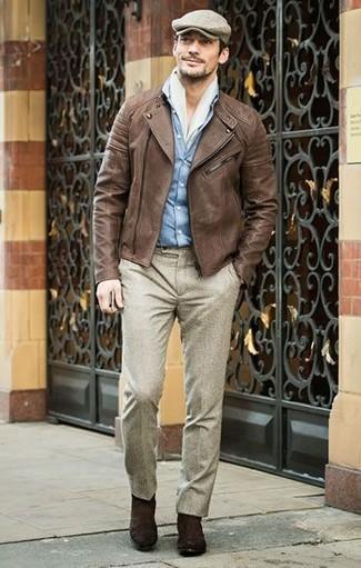 Wie kombinieren: braune Leder Bikerjacke, hellblaues Jeanshemd, hellbeige Wollanzughose, dunkelbraune Chelsea-Stiefel aus Wildleder