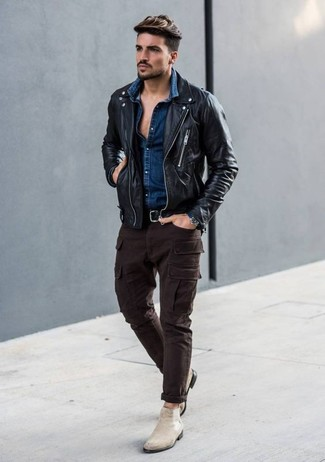 Wie kombinieren: schwarze Leder Bikerjacke, dunkelblaues Jeanshemd, dunkelbraune Cargohose, hellbeige Chelsea-Stiefel aus Wildleder