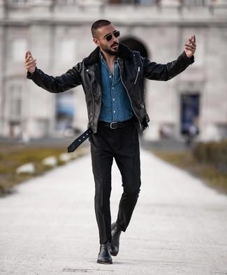 Wie kombinieren: schwarze Leder Bikerjacke, blaues Jeanshemd, schwarze Chinohose, schwarze Chelsea-Stiefel aus Leder