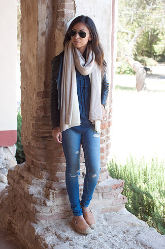 Wie kombinieren: schwarze Leder Bikerjacke, blaues Jeanshemd, blaue enge Jeans mit Destroyed-Effekten, beige Leder Espadrilles