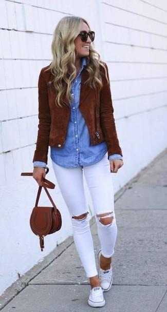 Wie kombinieren: braune Wildleder Bikerjacke, hellblaues Jeanshemd, weiße enge Jeans mit Destroyed-Effekten, weiße Segeltuch niedrige Sneakers