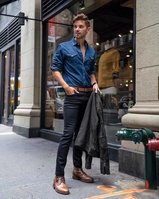 Wie kombinieren: dunkelgraue Wildleder Bikerjacke, blaues Jeanshemd, schwarze enge Jeans, braune Lederfreizeitstiefel