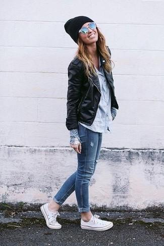 Diese Kombination aus einer schwarzen Leder Bikerjacke und blauen engen Jeans fällt genau aus den richtigen Gründen auf. Weiße Segeltuch niedrige Sneakers leihen Originalität zu einem klassischen Look.