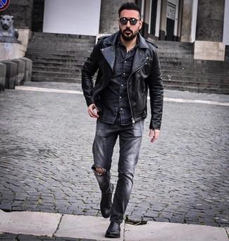 Wie kombinieren: schwarze Leder Bikerjacke, dunkelgraues Jeanshemd, dunkelgraue Jeans mit Destroyed-Effekten, schwarze Chelsea-Stiefel aus Leder