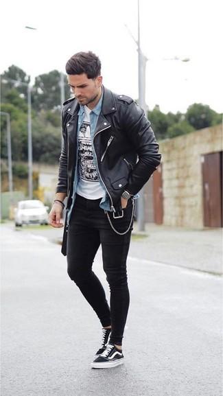 Wie kombinieren: schwarze Leder Bikerjacke, hellblaues Jeanshemd, weißes und schwarzes bedrucktes T-Shirt mit einem Rundhalsausschnitt, schwarze enge Jeans