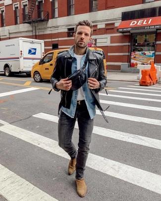 Wie kombinieren: schwarze Leder Bikerjacke, blaues Jeanshemd, weißes T-Shirt mit einem Rundhalsausschnitt, dunkelgraue enge Jeans