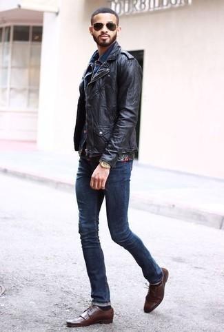 Braune Leder Brogues kombinieren: trends 2020: Kombinieren Sie eine schwarze Leder Bikerjacke mit dunkelblauen Jeans für ein sonntägliches Mittagessen mit Freunden. Fühlen Sie sich ideenreich? Komplettieren Sie Ihr Outfit mit braunen Leder Brogues.