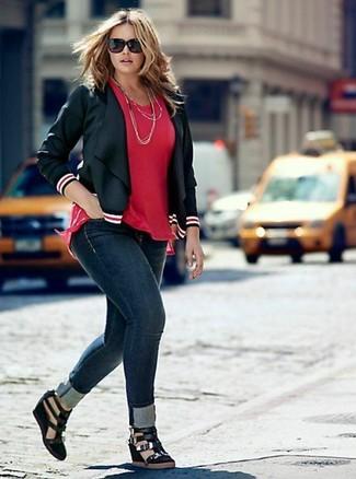 Silberne Halskette kombinieren: trends 2020: Wenn Sie einen modischen, lockeren Look zaubern müssen, bleiben eine schwarze Leder Bikerjacke und eine silberne Halskette ein Klassiker. Vervollständigen Sie Ihr Outfit mit schwarzen Keilsandaletten aus Wildleder, um Ihr Modebewusstsein zu zeigen.