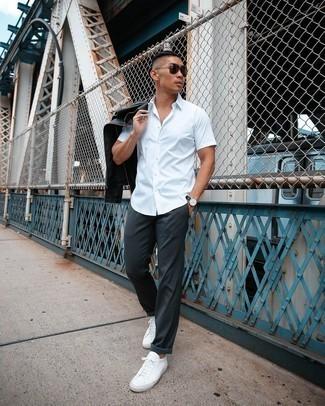 Weiße Leder niedrige Sneakers kombinieren – 1200+ Herren Outfits: Kombinieren Sie eine schwarze Leder Bikerjacke mit einer dunkelgrauen Chinohose, um mühelos alles zu meistern, was auch immer der Tag bringen mag. Dieses Outfit passt hervorragend zusammen mit weißen Leder niedrigen Sneakers.