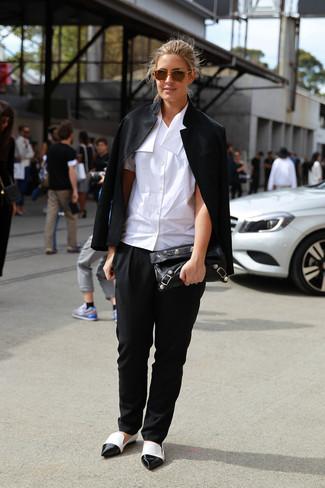Wie kombinieren: schwarze Bikerjacke, weißes Kurzarmhemd, schwarze Karottenhose, weiße und schwarze Leder Slipper