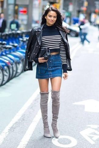 Damen Outfits & Modetrends 2020: Um einen stylischen Casual-Look zu schaffen, sind eine schwarze Leder Bikerjacke und ein blauer Jeansrock mit knöpfen ganz super geeignet. Komplettieren Sie Ihr Outfit mit grauen Overknee Stiefeln aus Wildleder, um Ihr Modebewusstsein zu zeigen.