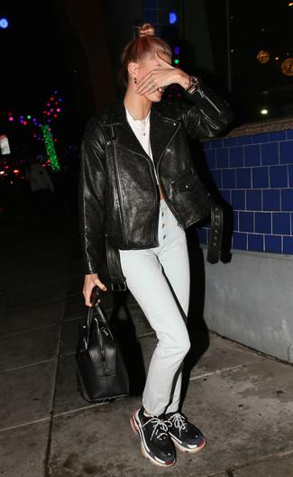 Wie kombinieren: schwarze Leder Bikerjacke, weißes kurzes Oberteil, weiße enge Jeans, schwarze Sportschuhe