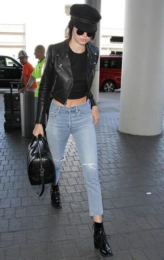 Wie kombinieren: schwarze Leder Bikerjacke, schwarzes kurzes Oberteil, hellblaue enge Jeans mit Destroyed-Effekten, schwarze Schnürstiefeletten aus Leder