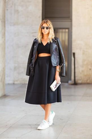 Vereinigen Sie eine schwarze Leder Bikerjacke mit einem schwarzen Falten Midirock, um einen schicken, glamurösen Outfit zu schaffen. Machen Sie diese Aufmachung leger mit weißen und grünen niedrigen Sneakers.