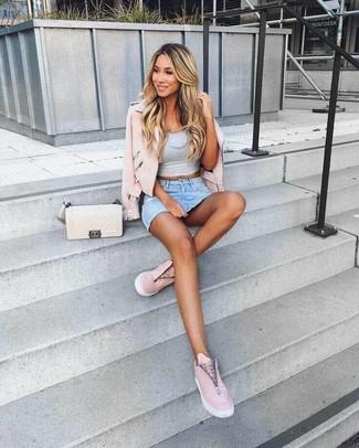 Wie kombinieren: rosa Leder Bikerjacke, graues kurzes Oberteil, hellblauer Jeans Minirock, rosa Slip-On Sneakers aus Leder