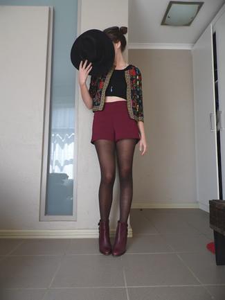 schwarze bestickte Bikerjacke, schwarzes kurzes Oberteil, dunkelrote Shorts, dunkelrote Leder Stiefeletten für Damen