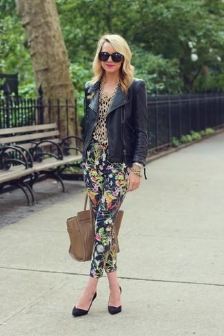 Wie kombinieren: schwarze Leder Bikerjacke, beige Langarmbluse mit Leopardenmuster, dunkelblaue enge Hose mit Blumenmuster, schwarze Wildleder Pumps