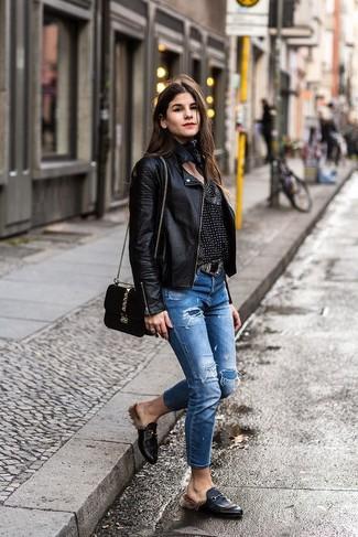Wie kombinieren: schwarze Leder Bikerjacke, schwarze und weiße bedruckte Langarmbluse, blaue Jeans mit Destroyed-Effekten, schwarze Leder Slipper