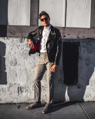 Wie kombinieren: schwarze Leder Bikerjacke, weißes Chambray Langarmhemd, graue Anzughose, graue Segeltuch Oxford Schuhe