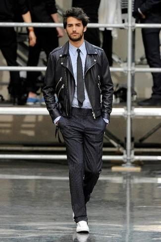 Kombinieren Sie eine schwarze Leder Bikerjacke mit einer schwarzen vertikal gestreiften Anzughose für Drinks nach der Arbeit. Fühlen Sie sich mutig? Vervollständigen Sie Ihr Outfit mit weißen niedrigen sneakers.