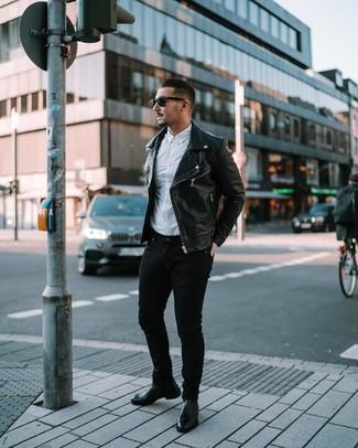 Wie kombinieren: schwarze Leder Bikerjacke, weißes Langarmhemd, schwarze enge Jeans, schwarze Chelsea-Stiefel aus Leder