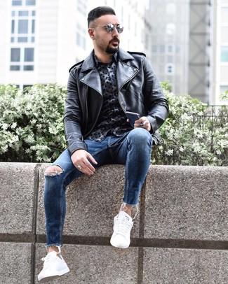 Wie kombinieren: schwarze Leder Bikerjacke, dunkelblaues bedrucktes Langarmhemd, blaue enge Jeans mit Destroyed-Effekten, weiße niedrige Sneakers