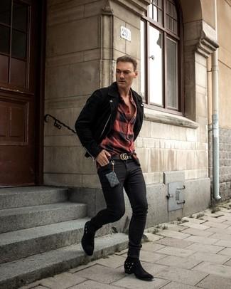 Wie kombinieren: schwarze Wildleder Bikerjacke, rotes und schwarzes Flanell Langarmhemd mit Karomuster, schwarze enge Jeans, schwarze Cowboystiefel aus Wildleder