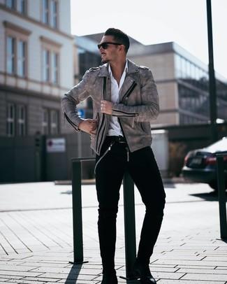 Wie kombinieren: graue Leder Bikerjacke, weißes Langarmhemd, schwarze Jeans, schwarze Chelsea-Stiefel aus Leder