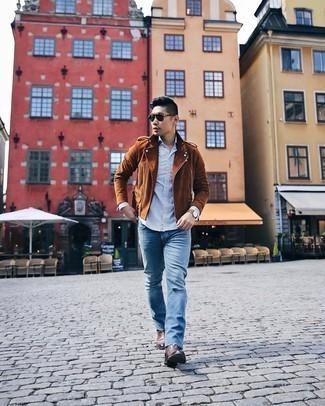 Weißes und dunkelblaues Langarmhemd mit Karomuster kombinieren – 73 Herren Outfits: Für ein bequemes Couch-Outfit, entscheiden Sie sich für ein weißes und dunkelblaues Langarmhemd mit Karomuster und blauen Jeans mit Destroyed-Effekten. Fühlen Sie sich ideenreich? Vervollständigen Sie Ihr Outfit mit dunkelbraunen Chelsea Boots aus Leder.