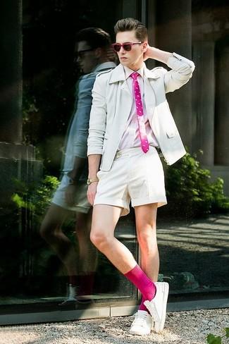 Fuchsia Socken kombinieren: Vereinigen Sie eine weiße Leder Bikerjacke mit fuchsia Socken für einen entspannten Wochenend-Look. Weiße niedrige Sneakers bringen klassische Ästhetik zum Ensemble.