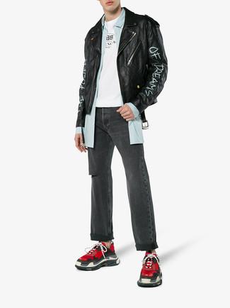 Wie kombinieren: schwarze bedruckte Leder Bikerjacke, hellblaues vertikal gestreiftes Langarmhemd, weißes und schwarzes bedrucktes T-Shirt mit einem Rundhalsausschnitt, dunkelgraue Jeans mit Destroyed-Effekten