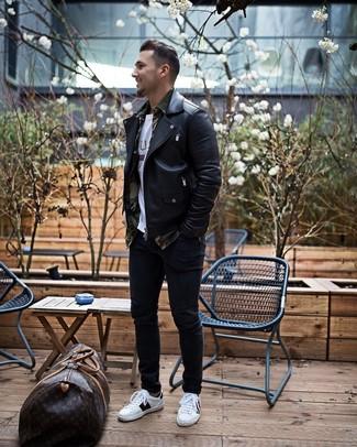 Wie kombinieren: schwarze Leder Bikerjacke, olivgrünes Camouflage Langarmhemd, weißes bedrucktes T-Shirt mit einem Rundhalsausschnitt, schwarze enge Jeans
