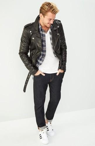 Weiße und schwarze Leder niedrige Sneakers kombinieren: trends 2020: Entscheiden Sie sich für eine schwarze Leder Bikerjacke und dunkelgrauen Jeans für ein sonntägliches Mittagessen mit Freunden. Weiße und schwarze Leder niedrige Sneakers sind eine ideale Wahl, um dieses Outfit zu vervollständigen.