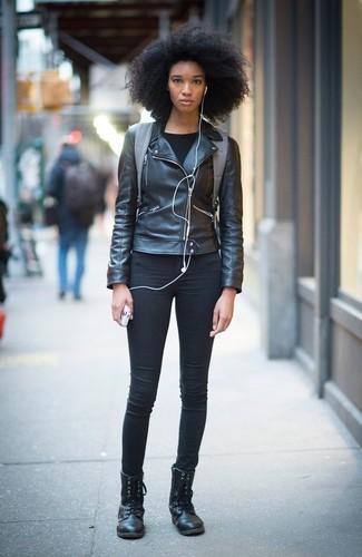 7e4c273f8db9 Wie kombinieren  schwarze Leder Bikerjacke, schwarzes Langarmshirt,  schwarze enge Jeans, schwarze flache