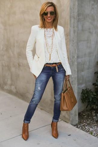 Wie kombinieren: weiße Bikerjacke, weißes Spitze Langarmshirt, blaue enge Jeans mit Destroyed-Effekten, rotbraune Leder Stiefeletten
