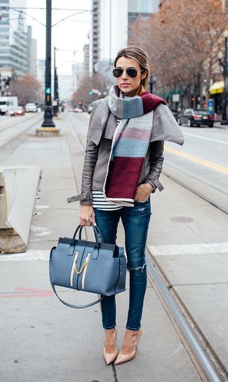 Wie kombinieren: graue Leder Bikerjacke, weißes und schwarzes horizontal gestreiftes Langarmshirt, blaue enge Jeans mit Destroyed-Effekten, beige Leder Pumps